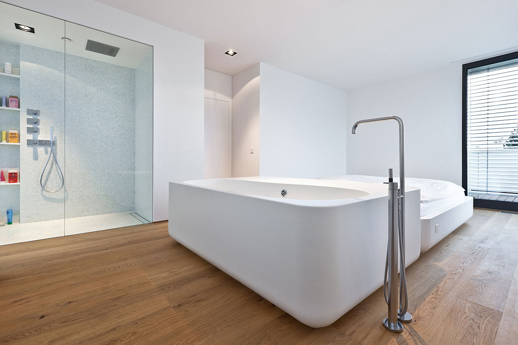 wood-floor-bath